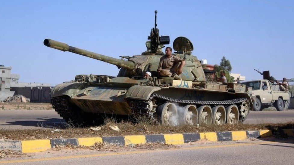 A tank belonging to forces aligned with Libya's new unity government advances towards the Islamic State stronghold of Sirte (09 June 2016)
