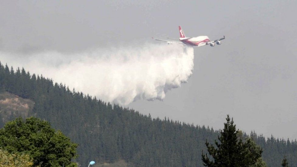 Boeing 747 super tanker dropping water in Chile