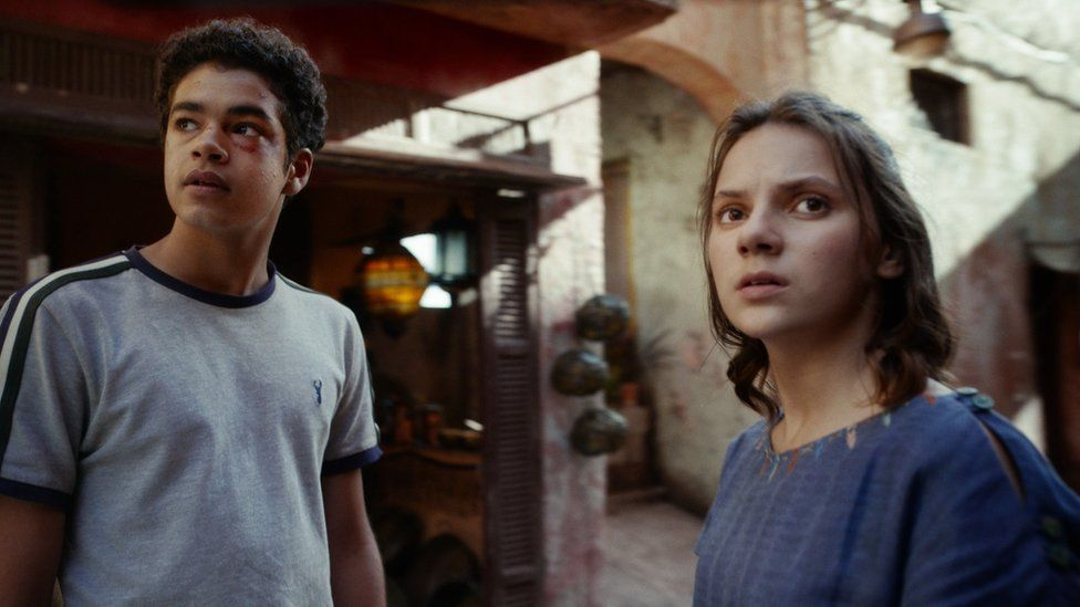 Dafne Keen as Lyra Belacqua and Amir Wilson as Will Parry in His Dark Materials