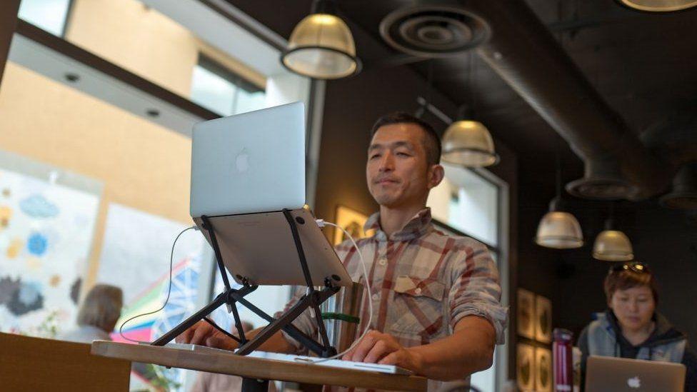 Flexible working - a palo Alto coffee shop transformed into a standing desk