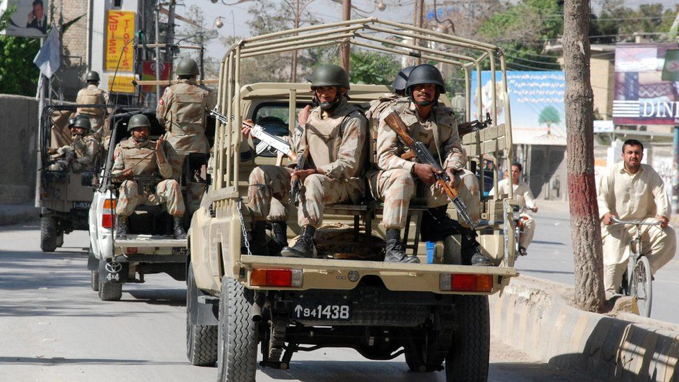 Pakistani paramilitary troopers patrol on a street in Quetta on April 22, 2009