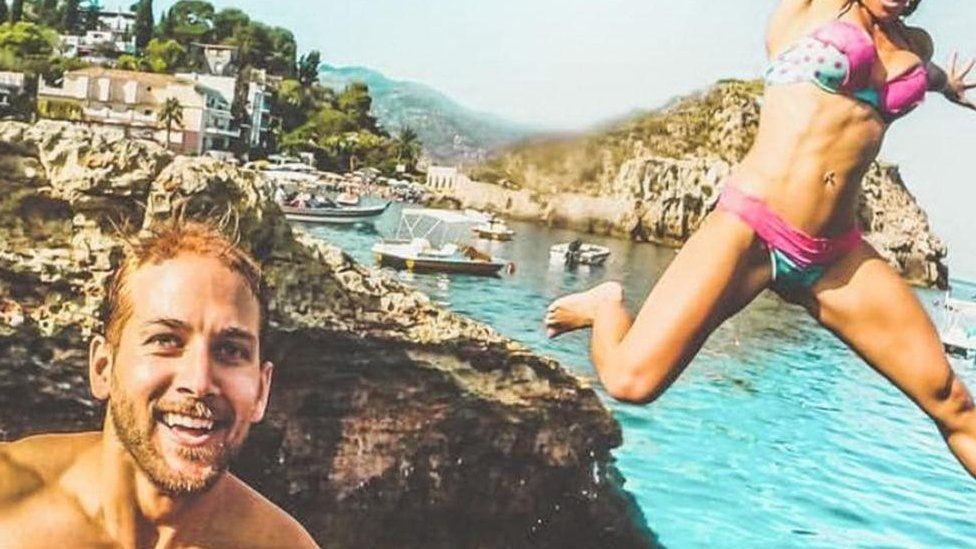 O casal que ganha uma fortuna para viajar pelo mundo - e matar as pessoas de inveja