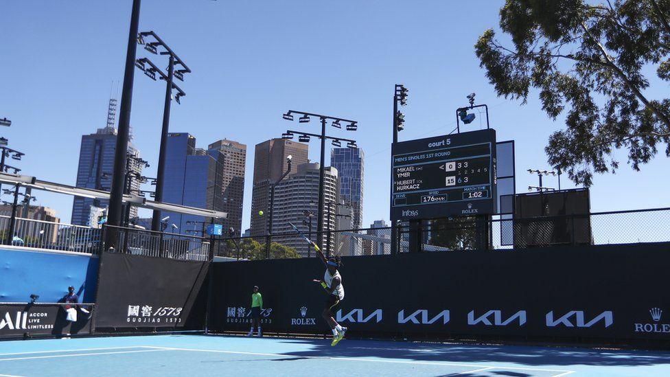 นักเทนนิสทำหน้าที่ระหว่างการแข่งขันที่ Australian Open ในเมลเบิร์น