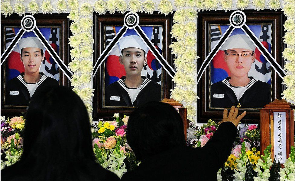 Relatives of a deceased sailor of the sunken South Korean naval vessel Cheonan mourn during a memorial service at the Second Fleet Command of Navy on 26 April 2010 in Pyeongtaek, South Korea.