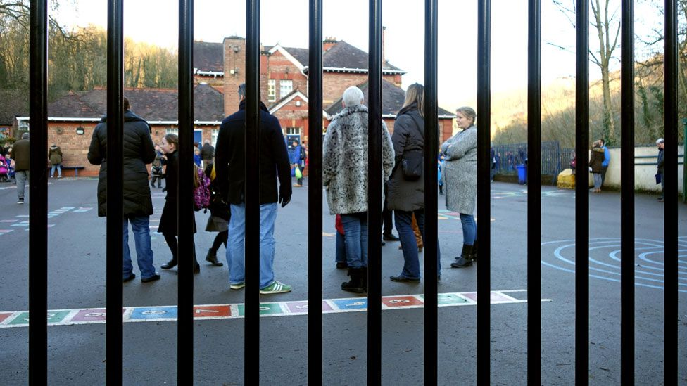 Should schools impose a dress code on parents? - BBC News