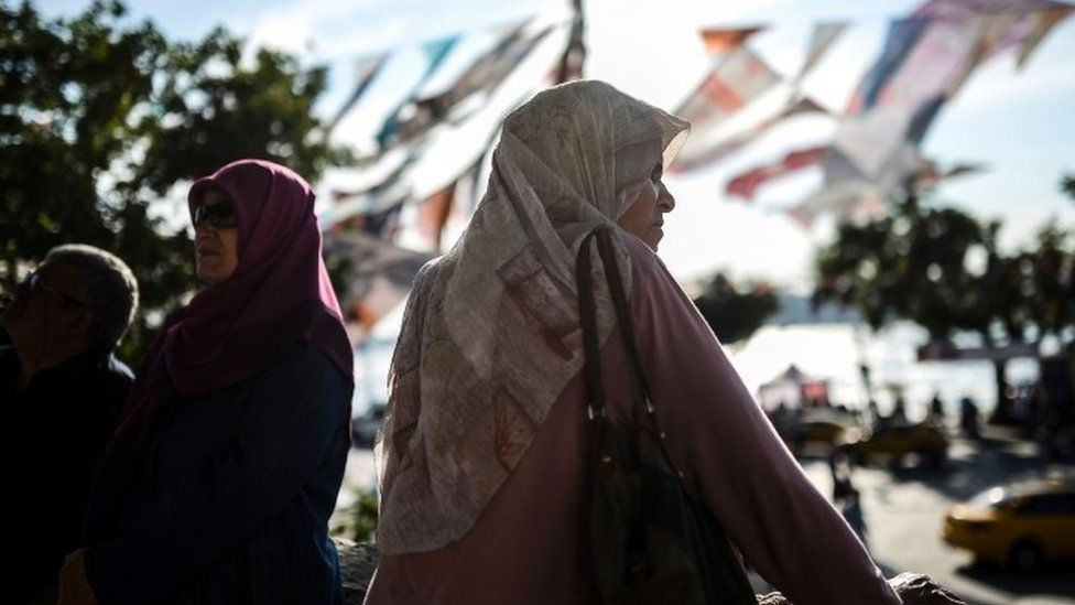 A woman wearing a headscarf in Istanbul (04 June 2015)