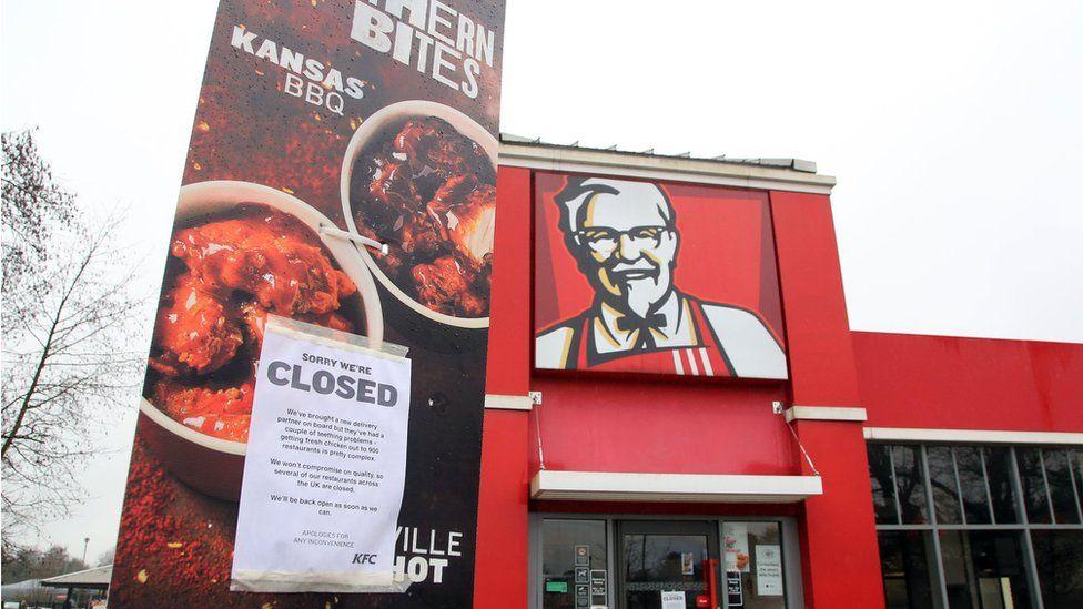 Photo of a closed sign outside a KFC restaurant near Ashford, Kent.