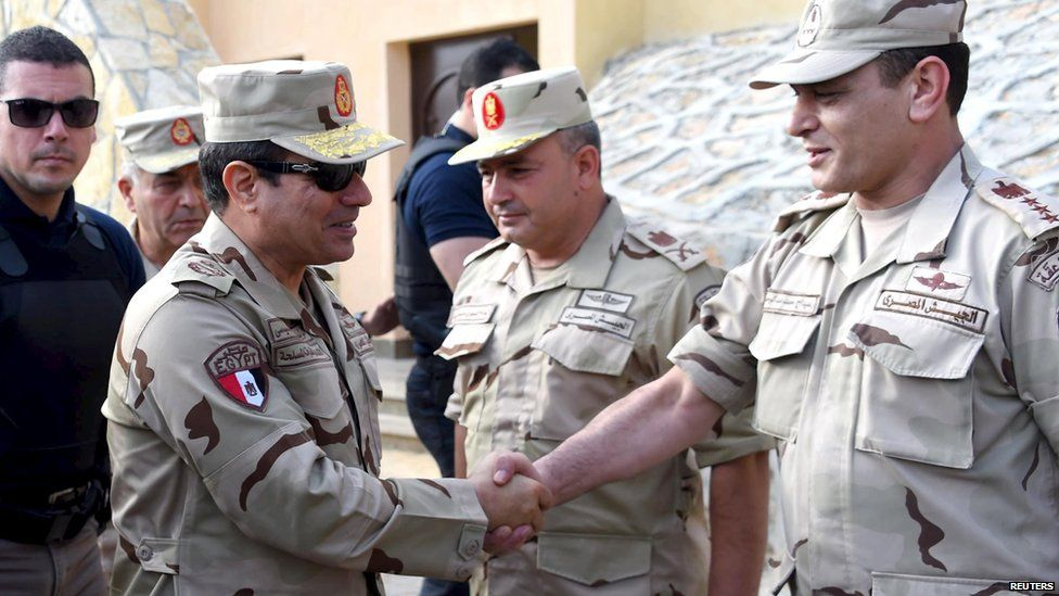 Egyptian President Abdul Fattah al-Sisi (second left) meets members of the Egyptian armed forces in the Sinai peninsula (4 July 2015)