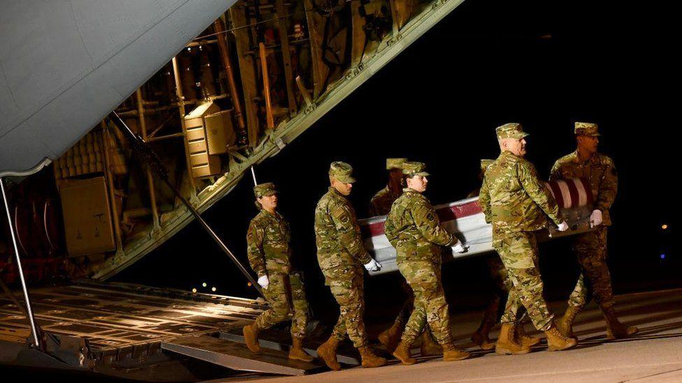 , عاجل / العدل الأمريكية تطلب من آبل فتح هاتفين لمنفذ الهجوم داخل قاعدة عسكرية أمريكية