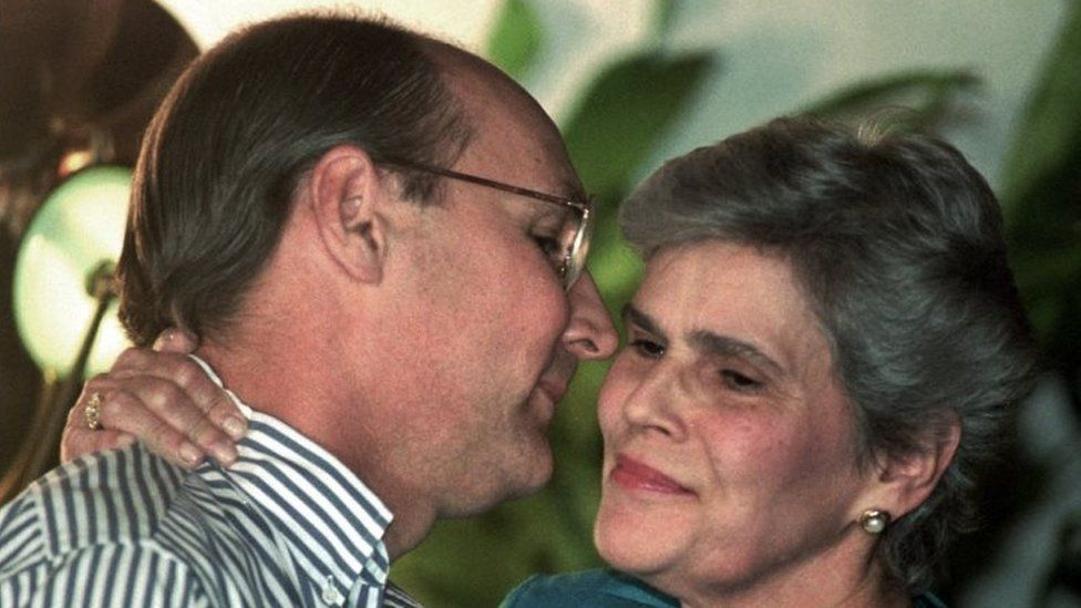 Antonio Lacayo greets Nicaraguan President Violeta Chamorro in this file photo from 7 September, 1995