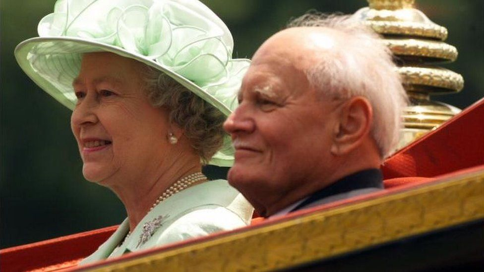 Britain's Queen Elizabeth II and the President of Hungary Arpad Goncz travel in a horse-drawn carriage upon his arrival to Windsor Castle in 1999