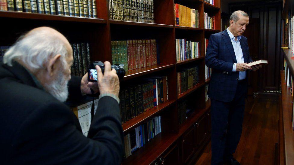 آرا گولر در حال عکاسی از رجب طیب اردوغان