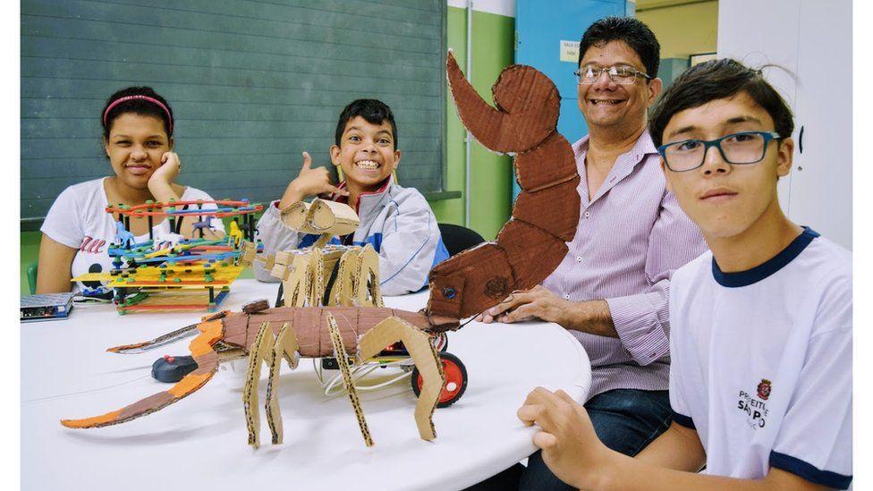 O professor que usa robótica para incluir crianças com autismo em escola na periferia de SP