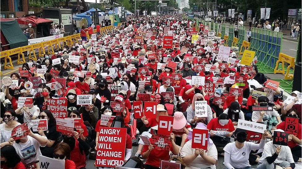 This picture taken on June 9, 2018 shows South Korean women staging a monthly protest against secretly-filmed spycam pornography in Seoul. - Since May, the monthly demonstrations against secretly-filmed spycam pornography in Seoul has shattered records to become the biggest-ever women's protest in South Korea where the global #MeToo movement has unleashed an unprecedented wave of female-led activism.
