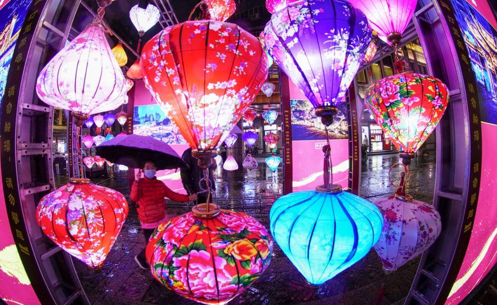 People watch a lantern show in Wenzhou, eastern Zhejiang province. Photo: 26 February 2021