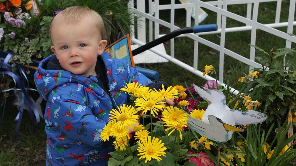 Dyma Arthur, 17 mis oed o Gaerdydd, un o arddwyr ifanc y sioe! // Here's 17-month old Arthur from Cardiff, one of the show's youngest visitors
