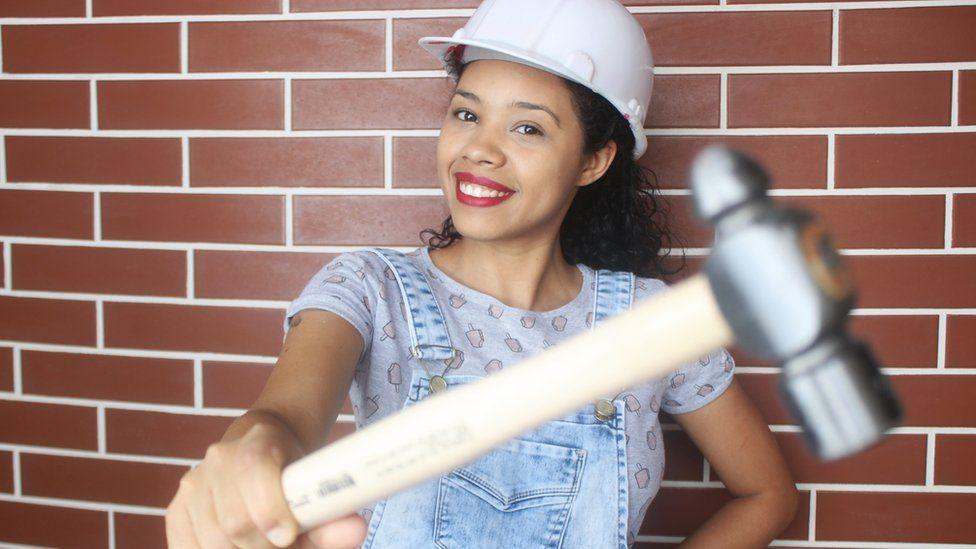 79032356e15 A jovem que construiu a própria a casa e é a única brasileira a dar dicas  de reforma no YouTube - BBC News Brasil