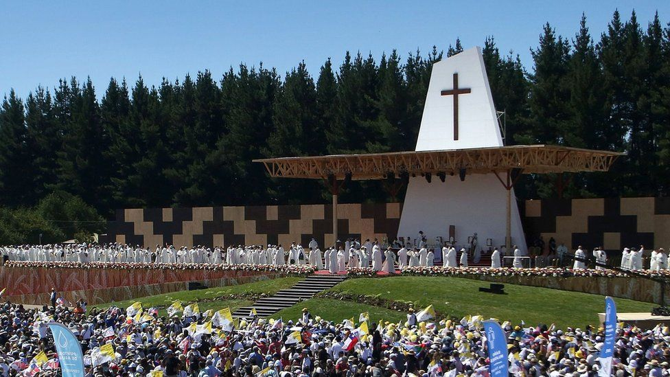 Pope Francis celebrates an open-air mass in Temuco, 800km (500 miles) south of Santiago, 17 January 2018
