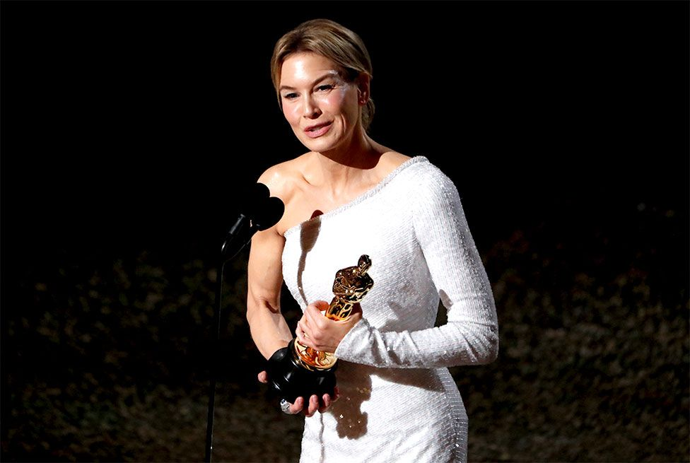 Renee Zellweger holds her Oscar for best actress