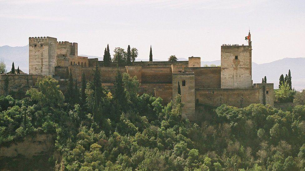Qué nos dicen los más de 9.000 mensajes ocultos en los rincones de la maravillosa Alhambra en España