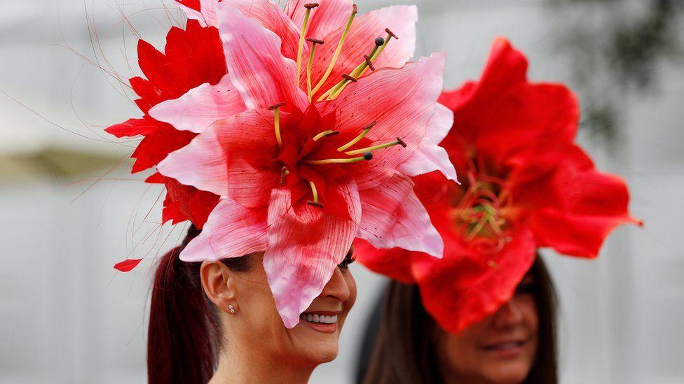 женщины в красных шляпах в форме цветков