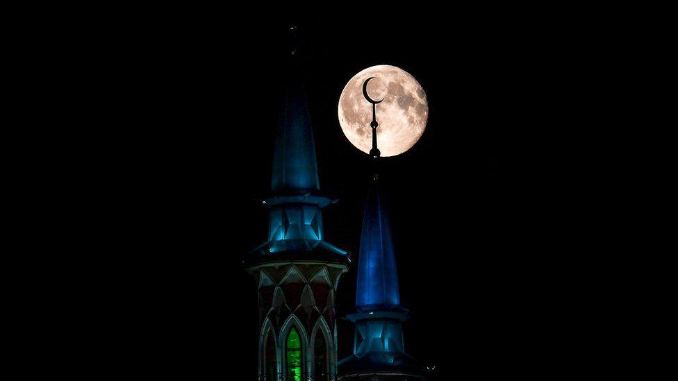 Луна над минаретами в Казани