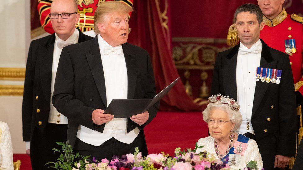 Donald Trump dando un discurso en el banquete en el Palacio de Buckingham.
