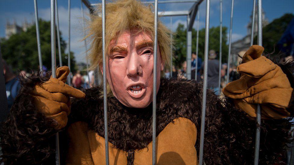 Donald Trump maskeli gösterici