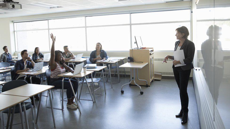 ¿Serías capaz de tener 8 trabajos al mismo tiempo?: la dura realidad de muchos profesores universitarios en Reino Unido