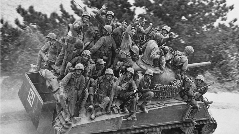 ทหารอเมริกันเข้าโจมตีโอกินาวา
