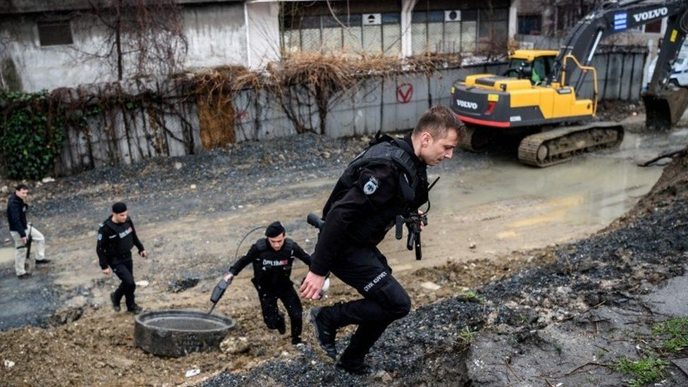 Turkish anti-riot policemen take cover during clashes with two women (03 March 2016)