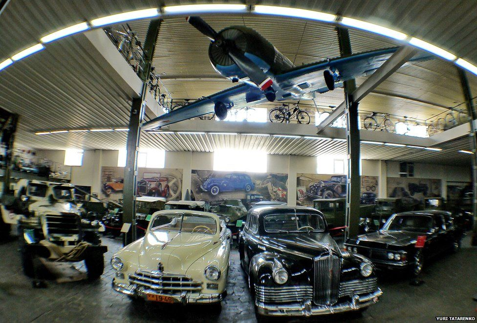 A display of classic cars at the Phaeton museum