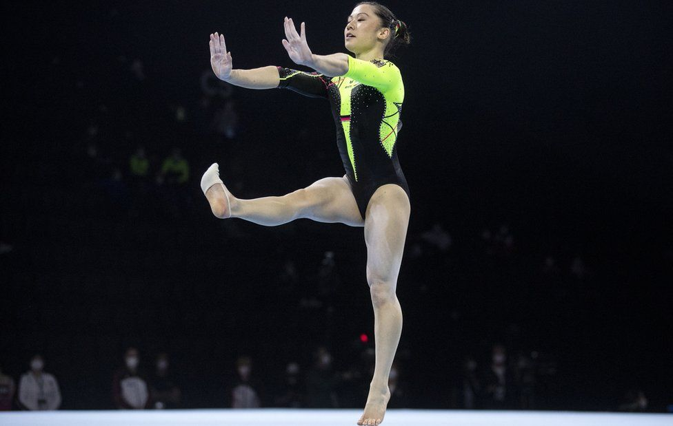 Sarah Voss: German gymnast's outfit takes on sexualisation in sport thumbnail