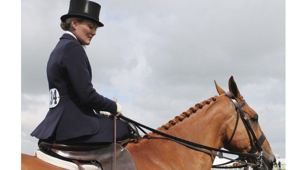 Marchogaeth side saddle