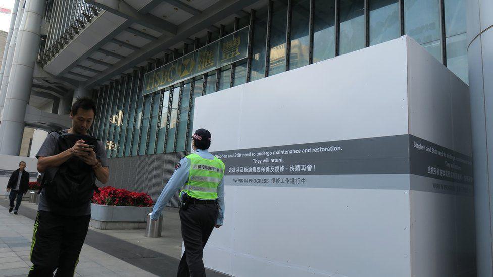 香港中环汇丰银行总行德辅道中一侧遭纵火的铜狮子被围板围封(3/1/2020)