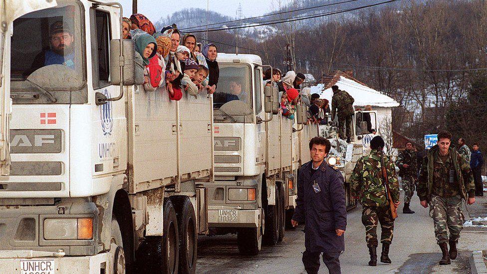 Muslim refugees flee Srebrenica 1993