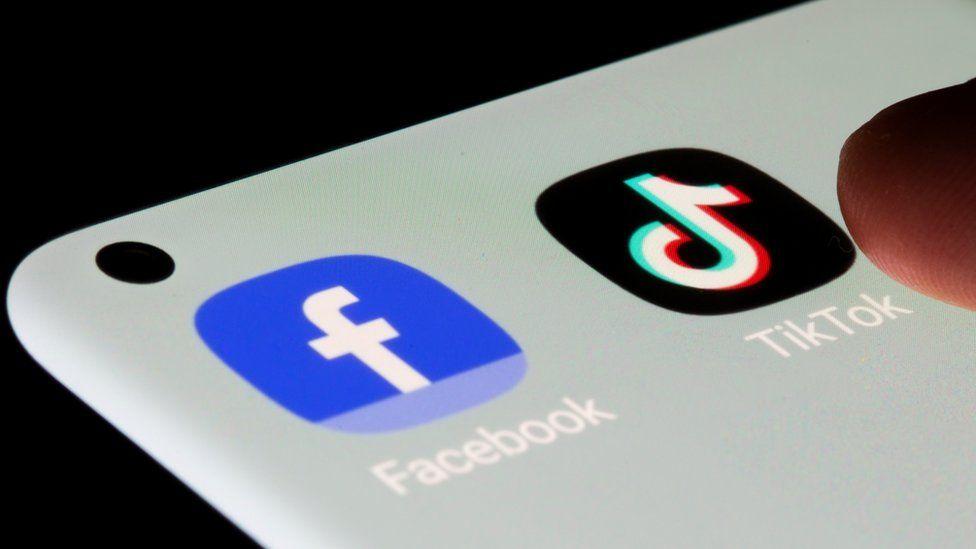 Applications TikTok et Facebook sur écran de smartphone