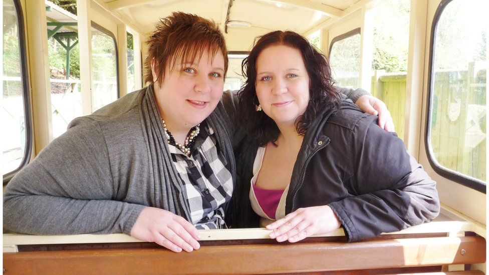 Royaume-Uni: deux sœurs jumelles décèdent du Covid-19 à trois jours d'intervalle