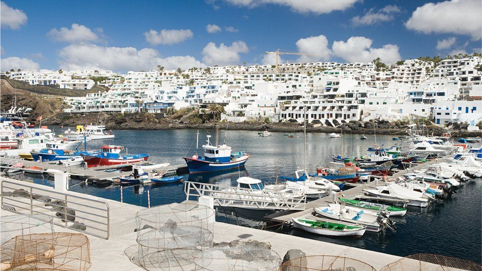 Irish teenager critical after falling off wall in Lanzarote