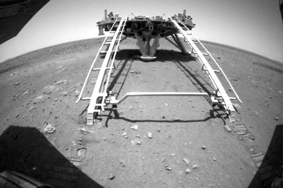 Penjelajah China Zhurong dari misi Tianwen1 berkendara menuruni jalur pendarat ke permukaan Mars, dalam tangkapan layar ini diambil dari video yang dirilis oleh Administrasi Luar Angkasa Nasional China CNSA pada 22 Mei 2021
