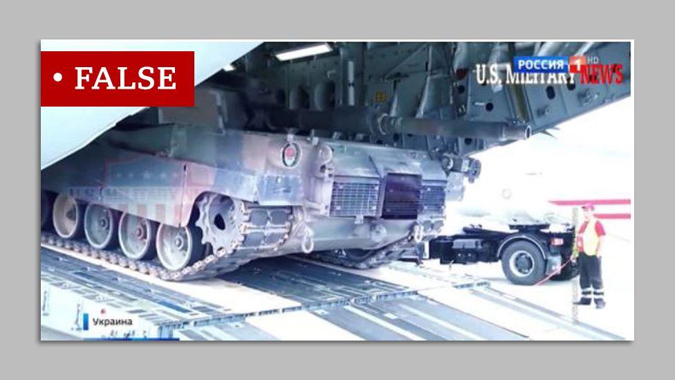 Танк отбуксирован из военно-транспортного самолета, который, как ложно утверждало российское телевидение, находился на Украине.