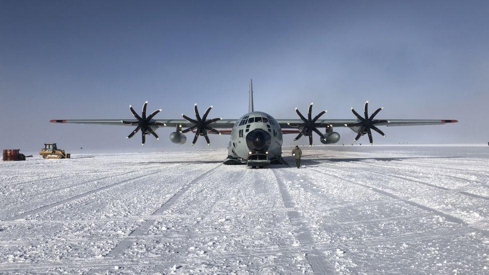 Avião Hercules chegando à Antártida