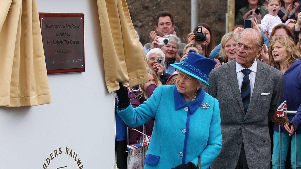 Queen unveils a plaque at Newtongrange station