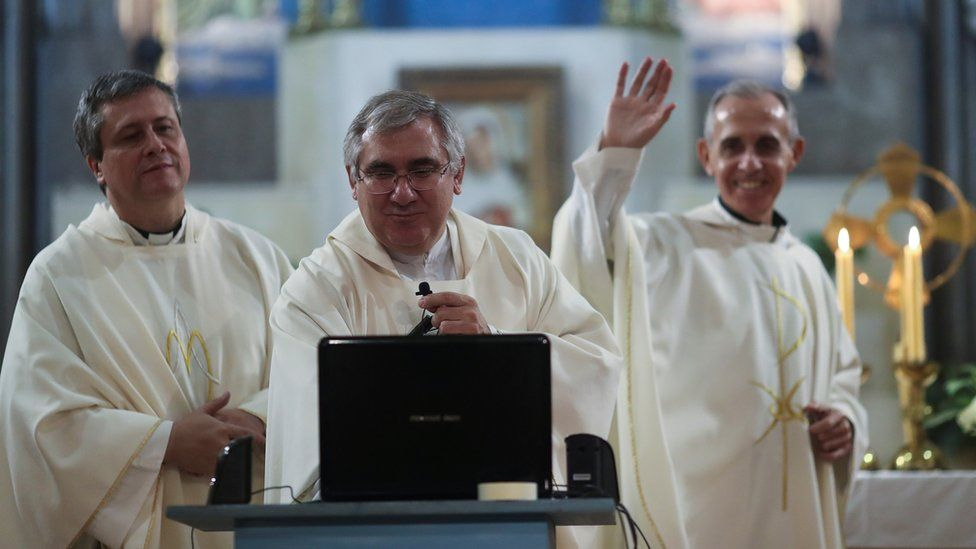 Sacerdotes ofrecen misa por internet en Buenos Aires.