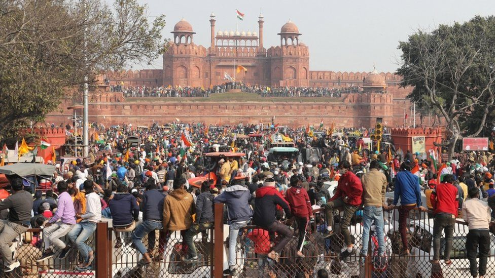 Protesters break through security at the Red Fort