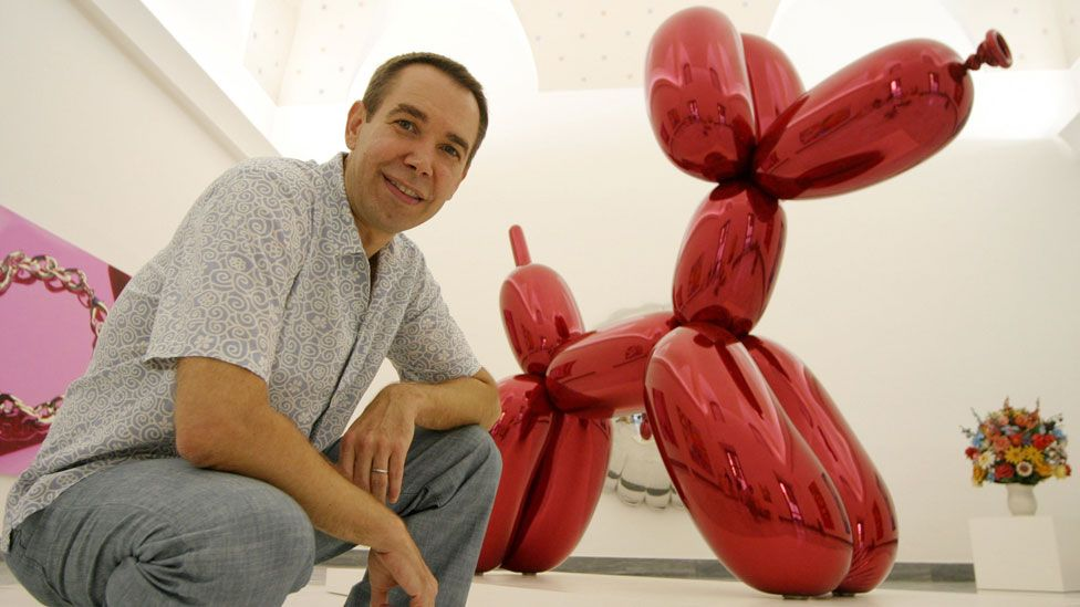 Jeff Koons with his balloon dog artwork