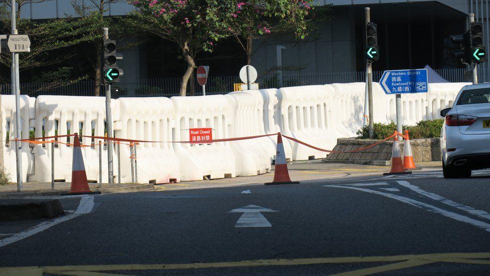 从红棉路口眺望香港政府总部西翼外之水马阵(3/1/2020)
