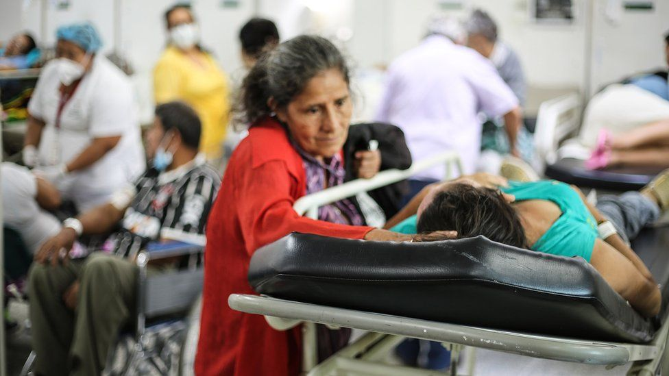 Mãe acompanha a filha no hospital