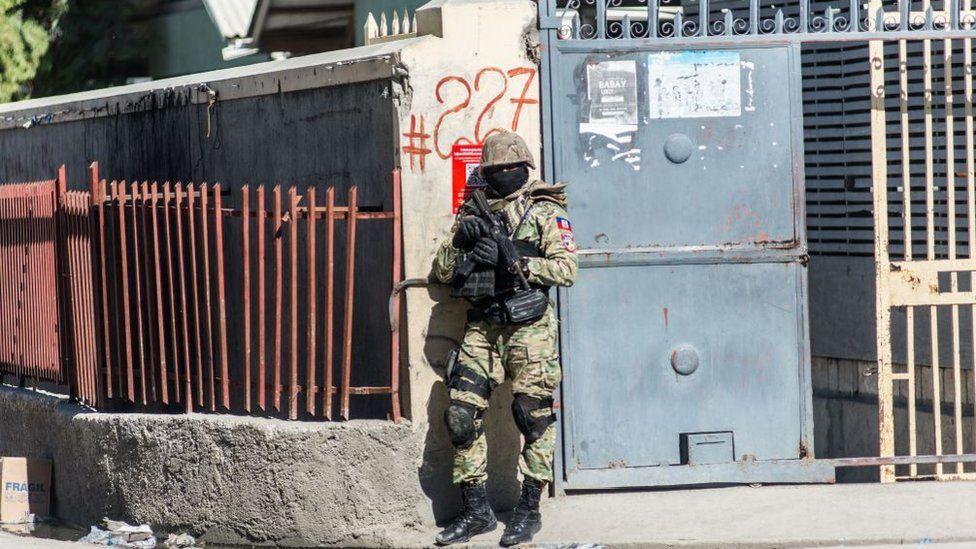 A policeman guards the perimeter of the Croix-des-Bouquets prison