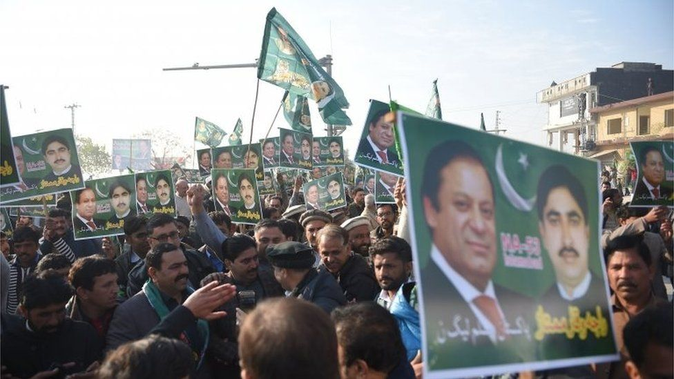 Supporters of Pakistan's former prime minister Nawaz Sharif gather outside the anti-corruption court in Islamabad on December 24, 2018, ahead of the verdict
